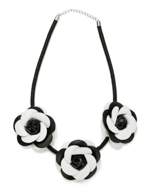 Flower pendant necklace