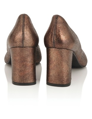 Pointed shiny leather court shoes