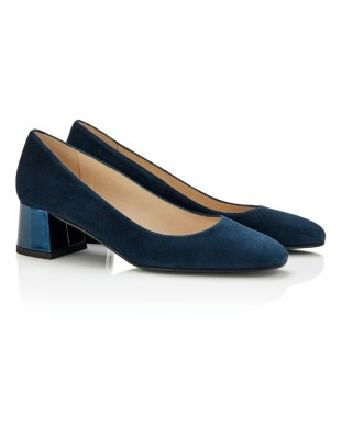 Court shoes with patent leather heels
