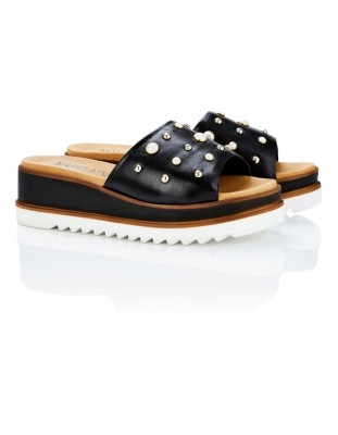 Slider sandals adorned with faux pearls