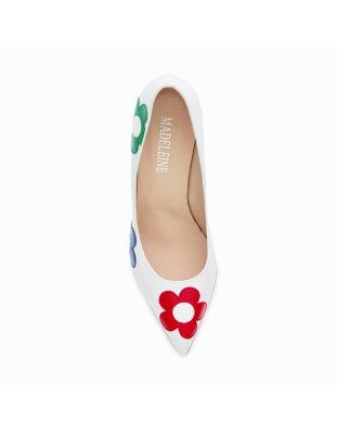 Block heel court shoes adorned with shiny leather flowers